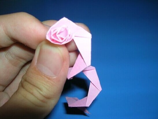 星星纸折爱心视频_残疾玫瑰姐姐图自强巧手制花纸折玫瑰引网友