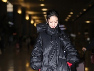 佟丽娅这一万多羽绒服穿的邋里邋遢,网友:怎么把垃圾袋套身上了