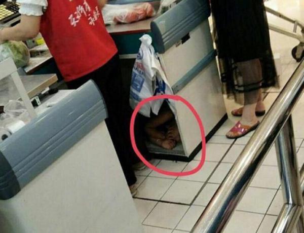 【转】北京时间       网友超市拍下心酸一幕:收银员的孩子在这睡着了 - 妙康居士 - 妙康居士~晴樵雪读的博客