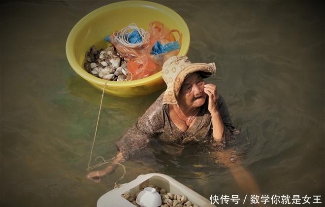 85岁老太每天泡海水里工作数小时,只为赚钱养活61岁患病养女