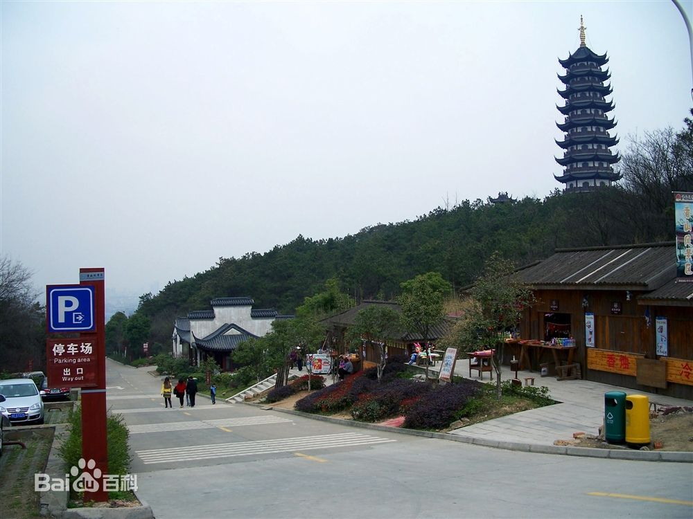 香山旅游风景区位于张家港市西陲南沙镇境内,西接锡澄高速公路,江阴