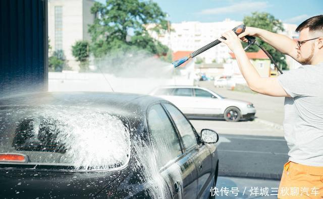 自己动手洗车,为什么会越洗越没有光泽?教你一妙招,干净不伤车