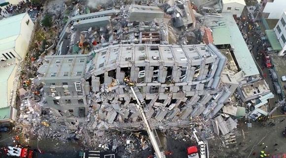 航拍台湾南部地震楼房倒塌现场