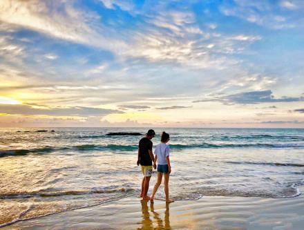 张继科公开和景甜恋情 晒牵手照海边散步
