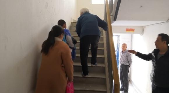 陕西一小区电梯停运 高层业主爬楼回家