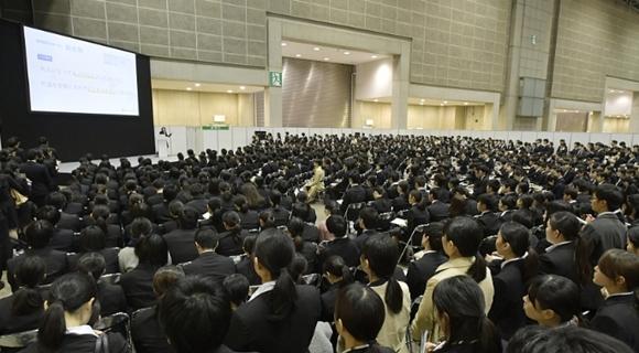 画面震撼!日本38000名大学生参加招聘会