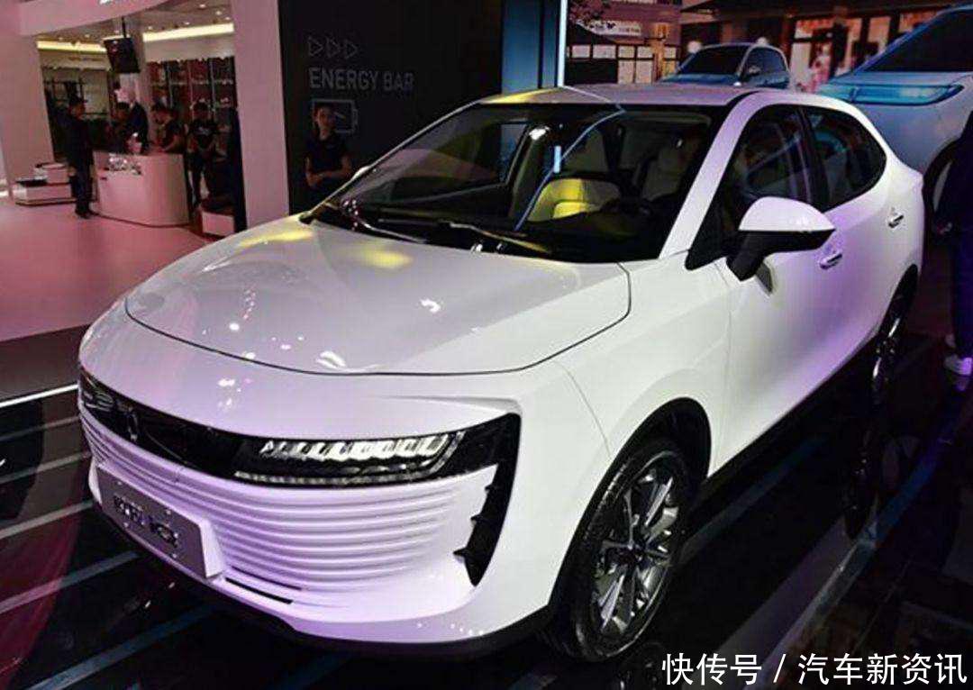 今年4月的北京车展,长城汽车发布的新能源品牌欧拉和R1、R2车型,凭借萌萌哒的外型给人留下了深刻地印象。8月又迎来喜讯:全新推出的国民小车纯电动紧凑SUV欧拉iQ即将C位亮相新能源SUV赛道!  1分钟读懂欧拉 汽车圈最不缺的就是话题,尤其是备受瞩目的新能源汽车,最引人瞩目的是长城跟国际豪华汽车品牌宝马联姻,建立合资企业光束,高调搅动新能源汽车风云。在MINI你好,我是ORA的贺电背后,是长城汽车战略转变至关重要的一步。  不同于广汽、北汽、吉利等品牌,直接将现有品牌名延伸为新能源品牌名,造了3