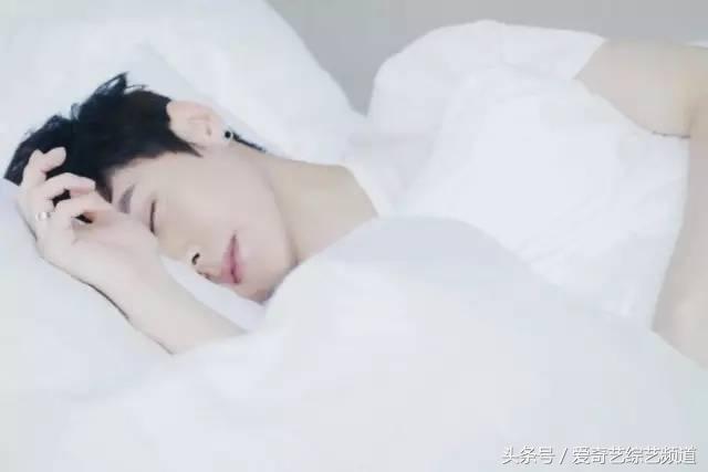 男友一号:鹿晗 好困啊,再让我睡一下 今天是七夕,我要亲自为你下厨