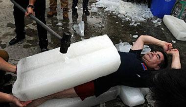 陈光标响应冰桶挑战 上演胸口碎大冰
